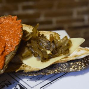 Bocadillo 1 (Pollo, sobrasada, queso edam y cebolla asada)