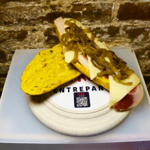 Bocadillo 13 (Jamón Serrano, queso edam y cebolla asada)