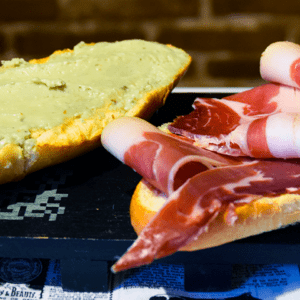 Bocadillo 14 (Jamón Serrano con crema de queso roquefort)
