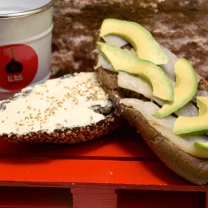 Bocadillo 36 (Bacalao ahumado, crema de queso de untar y aguacate)