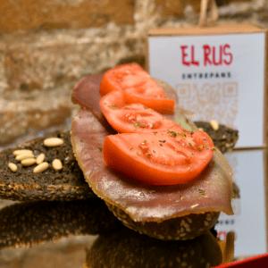 Bocadillo 39 (Atún ahumado con paté de olivas negras, almendras, atún, tomate y orégano)