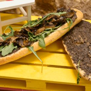 Bocadillo 42 (Champiñones, rúcula y paté de olivas negras)