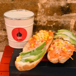 Bocadillo 45 (Aguacate, zanahoria, maiz y salsa de yogur)