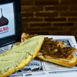 Bocadillo 6 (Lomo de cerdo, crema de queso roquefort y cebolla asada)