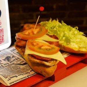 Bocadillo 8 (Lomo de cerdo, bacon ahumado, queso edam, tomate, lechuga y mayonesa)
