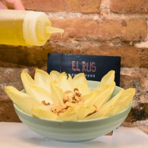 Ensalada de endivias con roquefort (endivias, crema de queso roquefort, nueces, almendras y semillas de sésamo)