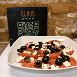 Ensalada italiana (tomate, queso fresco de cabra, orégano y olivas negras)