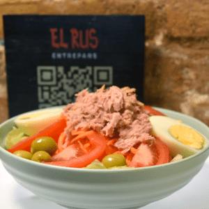 Ensalada valenciana (lechuga, zanahoria, tomate, huevo, atún y olivas)